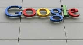 El logo de Google en su centro de ingeniería en Zúrich, abr 16 2015. Google Inc lanzó el miércoles un nuevo servicio para telefonía celular que les permitirá a los clientes pagar sólo por los datos que emplean, utilizar redes Wi-Fi y así mantener controladas las cuentas.  REUTERS/Arnd Wiegmann