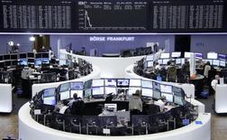 Помещение фондовой биржи во Франкфурте-на-Майне. 23 апреля 2015 года. Европейские фондовые рынки снижаются после выхода отчетов о производственной активности в странах еврозоны. REUTERS/Stringer