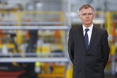 PSA Peugeot Citroën n'est pas opposé à ce que d'autres constructeurs rejoignent le partenariat noué avec Toyota Motor pour partager les coûts de conception et de production de petites citadines, a déclaré Carlos Tavares, président du directoire du constructeur automobile français. /Photo prise le 27 mars 2015/REUTERS/Vincent Kessler