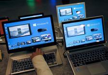 """Microsoft a publié jeudi des résultats du premier trimestre en hausse, ses ventes d'appareils et de produits pour l'informatique dématérialisée (""""cloud"""") ayant compensé le déclin de sa division Windows. Le chiffre d'affaires a progressé de 6% à 21,7 milliards de dollars (20,1 milliards d'euros), aidé par l'intégration des téléphones mobiles de Nokia. /Photo prise le 14 avril 2015/REUTERS/Kim Kyung-Hoon"""