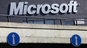 Логотип Microsoft на стене отделения компании в Праге 17 марта 2013 года.  Microsoft Corp в четверг сообщила о прибыли и выручке, превысивших прогнозы аналитиков благодаря продажам оборудования и техники, а также облачных услуг, которые помогли компенсировать снижение ключевого для компании бизнеса Windows. REUTERS/David W Cerny