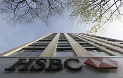 En la imagen, el logo de HSBC en la sede central del banco en París. 9 de abril, 2015. HSBC Holdings, el mayor banco de Europa, dijo que está considerando la posibilidad de trasladar su sede desde Gran Bretaña después de unos cambios normativos y estructurales en la industria.  REUTERS/Gonzalo Fuentes