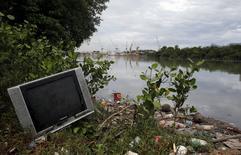 Lixo cobre as margens do canal Cunha, que deságua na Baía de Guanabara. 31/03/2015.   REUTERS/Sergio Moraes