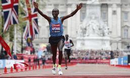 Athletics - Virgin Money London Marathon - London - 26/4/15 Kenya's Eliud Kipchoge celebrates after winning the Men's Elite race Reuters / Suzanne Plunkett