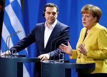 En la imagen de archivo, la canciller alemana, Angela Merkel, y el primer ministro griego, Alexis Tsipras, ofrecen una conferencia de prensa conjunta en Berlín, el 23 de marzo de 2015. Tsipras y Merkel decidieron en una conversación telefónica el domingo mantener el contacto durante las negociaciones entre Atenas y sus acreedores para lograr un acuerdo sobre el tema de la deuda, dijo un funcionario griego. REUTERS/Hannibal Hanschke    - RTR4UJAD