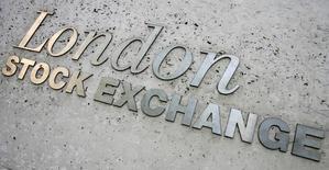 Надпись London Stock Exchange на здании биржи в Лондоне. 21 мая 2008 года. Золотодобывающий Nordgold планирует пройти премиальный листинг на Лондонской фондовой бирже и увеличить долю акций в свободном обращении более чем до 30 процентов, сообщила компания миллиардера Алексея Мордашова в понедельник. REUTERS/Luke MacGregor