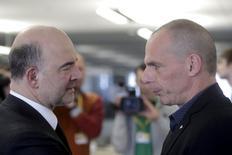 Le ministre grec des Finances, Yanis Varoufakis (à droite), et le Commissaire européen aux Affaires économiques et monétaires, Pierre Moscovici. Les Bourses européennes se retournent à la hausse lundi en début d'après-midi après le remaniement opéré par Athènes au sein de son équipe de négociation avec ses créanciers. /Photo prise le 24 avril 2015/ REUTERS/Ints Kalnins