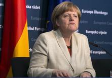 Канцлер Германии Ангела Меркель на пресс-конференции в Брюсселе. 23 апреля 2015 года. ЕС может обсудить в июне зависящие от минских соглашений санкции в отношении Москвы, поскольку выполнение достигнутых в белорусской столице договоренностей затягивается, сказала канцлер Германии Ангела Меркель. REUTERS/Yves Herman