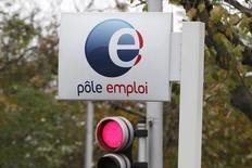 Le nombre de demandeurs d'emploi a de nouveau augmenté en mars en France, une hausse qui a concerné plus particulièrement les jeunes. Selon le ministère du Travail, le nombre de demandeurs d'emploi n'exerçant aucune activité a progressé de 0,4% le mois dernier pour dépasser 3,5 millions de personnes. /Photo d'archives/REUTERS/Charles Platiau