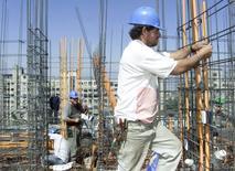Imagen de archivo de unos obreros trabajando en la construcción de un edificio en Santiago, nov 17 2000. La venta de viviendas en la capital chilena subió un 5,1 por ciento en el primer trimestre, debido a mayores compras de departamentos antes de la entrada en vigencia de nuevas exigencias para el sector, según un informe difundido el martes por el gremio.  Reuters/Claudia Daut