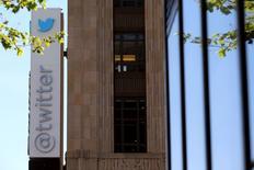 L'action Twitter perdait près de 20% mardi peu avant la clôture de Wall Street après la révélation par la société de données financières Selerity d'un chiffre d'affaires trimestriel moins bon que prévu pour le réseau social. /Photo d'archives/REUTERS/Robert Galbraith