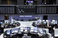 Les Bourses européennes ne sont pas restées longtemps dans le vert mercredi et affichaient un recul modeste à la mi-journée, les investisseurs ayant dû absorber une volée de résultats de sociétés jugés dans l'ensemble mitigés. Certains intervenants estiment que le marché est mûr pour une pause. L'indice CAC-40 de la Bourse de Paris perdait 0,27% à 12h40, tandis que le FTSE londonien lâchait 0,10% et le Dax de Francfort 0,19%. /Photo prise le 29 avril 2015/REUTERS