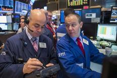 Operadores trabajando en el parqué de Wall Street en Nueva York, abr 27 2015. Las acciones bajaban el miércoles en la apertura en la Bolsa de Nueva York, luego de que un dato mostrara que el crecimiento económico de Estados Unidos se desaceleró más bruscamente de lo esperado en el primer trimestre. REUTERS/Lucas Jackson