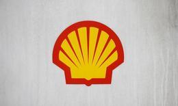 Логотип Shell на заправке компании в Лондоне 30 января 2014 года. Чистая прибыль нефтяной компании Royal Dutch Shell упала на 56 процентов в первом квартале, но превысила прогноз аналитиков благодаря нефтепереработке и торговому подразделению. REUTERS/Suzanne Plunkett