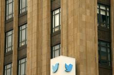 L'action Twitter, qui a chuté de 25% sur les deux dernières séances après une révision à la baisse de sa prévision de chiffre d'affaires, semble se reprendre et gagnait plus de 2% dans des échanges d'avant-Bourse. /Photo prise le 28 avril 2015/REUTERS/Robert Galbraith