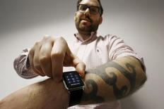 Jornalista da Reuters  Matt Siegel mostrando seu Apple Watch e a tatuagem, que confunde os sensores do aparelho.    30/04/2015    REUTERS/Jason Reed