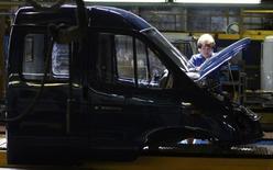 Цех ГАЗа в Нижнем Новгороде. 16 июня 2009 года. Российский автопроизводитель Группа ГАЗ получил в 2014 году 2,1 миллиарда рублей убытка против прибыли в 4 миллиарда годом ранее, сообщила компания в четверг. REUTERS/Denis Sinyakov