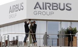 Airbus Group a l'intention de porter plainte en Allemagne après les informations selon lesquelles le BND, le service fédéral de renseignement extérieur allemand, a aidé ses homologues américains à espionner plusieurs entreprises européennes. /Photo d'archives/REUTERS/Tobias Schwarz