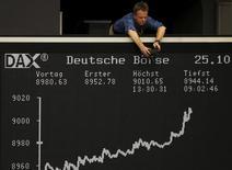 Les principales Bourses européennes, sauf Londres qui est fermée, ont débuté dans le désordre lundi après le long week-end du 1er mai, à la suite du rebond de Wall Street vendredi et de la publication d'un indicateur confirmant le ralentissement de l'économie chinoise. À Paris, le CAC 40 cédait 0,31% vers 09h30 et à Francfort, le Dax prenait 0,08%. /Photo d'archvies/REUTERS/Kai Pfaffenbach