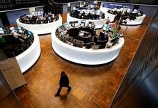 Les Bourses européennes sont orientées à la hausse lundi à mi-séance, sauf Londres qui est fermée et Athènes qui recule, et Wall Street est attendue sur une note très légèrement positive. À Paris, le CAC 40, en léger repli en début de séance, progressait de 0,81% à 12h45. L'indice EuroStoxx 50 de la zone euro gagnait 0,6%. /Photo prise le 22 janvier 2015/REUTERS/Ralph Orlowski