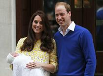 El príncipe Guillermo de Inglaterra y su esposa Catalina, Duques de Cambridge, con su hija recién nacida a las afueras del hospital Lindo Wing de St Mary, en Londres, Inglaterra. 2 de mayo de 2015. La nueva princesa de Gran Bretaña se llamará Carlota Isabel Diana, dijo el lunes el Palacio de Kensington en su cuenta de Twitter. REUTERS/Suzanne Plunkett