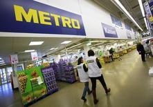 Metro a fait état mardi d'une nouvelle accélération de la croissance de son chiffre d'affaires au deuxième trimestre de son exercice fiscal 2014-2015, la reprise économique en Europe ayant porté les les ventes aux professionnels et l'électronique grand public, les deux principales divisions du distributeur allemand. /Photo d'archives/REUTERS/Wolfgang Rattay