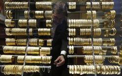Золотые браслеты в ювелирном магазине на Большом базаре в Стамбуле. 5 декабря 2013 года. Цены на золото держатся ниже $1.200 за унцию, пока инвесторы ждут отчет о занятости в США, чтобы спрогнозировать срок повышения процентных ставок ФРС. REUTERS/Murad Sezer