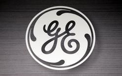 En la imagen de archivo, el logo de General Electric en una tienda de Sears en Schaumburg, Illinois, el 8 de septiembre de 2014. General Electric Co <GE.N> anunció el lunes alianzas con Qualcomm Inc <QCOM.O> y Apple Inc <AAPL.O> aprovechando la tecnología digital y el creciente apetito por datos para revitalizar un negocio de iluminación con 130 años de historia. REUTERS/Jim Young