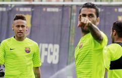 Neymar e Daniel Alves em treino do Barcelona para jogo com Bayern pela Liga dos Campeões. 05/05/2015 REUTERS/Gustau Nacarino