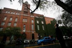 La sede de la cervecera FEMSA en Monterrey, México, ene 12 2010. Las acciones de la minorista y embotelladora mexicana FEMSA ganaban el martes en la bolsa local, tras haber anunciado el día previo que planea expandir su cadena de tiendas Oxxo en Estados Unidos hacia Texas. REUTERS/Tomas Bravo