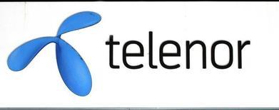 Логотип Telenor у салона связи оператора в Стокгольме. 26 октября 2007 года. Мобильный оператор Telenor увеличил прогноз продаж и рентабельности в 2015 году после обнародования квартальных результатов, превысивших ожидания благодаря ключевым рынкам - Азии и Скандинавии. REUTERS/Bob Strong