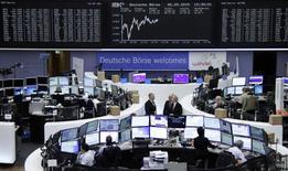 Après avoir évolué dans le rouge en début de matinée, les Bourses européennes affichaient un gain modéré mercredi vers la mi-séance, refaisant ainsi une petite partie du terrain perdu la veille, portées par certains résultats d'entreprise et des données montrant que la croissance se maintient en Europe. /Photo prise le 6 mai 2015/REUTERS/Remote/Staff
