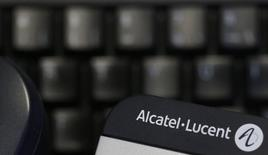 Alcatel-Lucent, qui est en voie d'être racheté par son concurrent Nokia, fait état d'une perte nette part du groupe au titre du premier trimestre de 72 millions d'euros, pénalisé par le ralentissement des dépenses des opérateurs télécoms américains. /Photo d'archives/REUTERS/Christian Hartmann