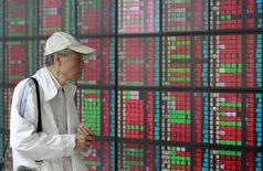 Мужчина в брокерской конторе в Тайбэе. 24 апреля 2015 года. Азиатские фондовые рынки снизились в четверг вслед за Уолл-стрит после комментария председателя ФРС Джанет Йеллен. REUTERS/Pichi Chuang