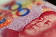 Банкнота в 100 юаней. Пекин, 12 мая 2013 года. Захваченные врасплох острым экономическим спадом и опасающиеся потери рабочих мест лидеры Китая, вероятно, прибегнут к фискальным стимулам для возобновления роста после того, как запуск политики монетарного смягчения оказался не очень эффективным, говорят источники. REUTERS/Petar Kujundzic