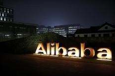 El logo del Grupo Alibaba se puede ver dentro de la sede de la compañía en Hangzhou. 11 de noviembre de 2014. La china Alibaba Group Holding Ltd informó el jueves que sus ingresos trimestrales subieron un 45 por ciento, superando las expectativas de analistas debido a un salto en el volumen bruto de mercancías. REUTERS/Aly Song/Files