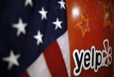 Yelp, le site américain de recommandation, étudie la possibilité d'une vente qui pourrait être conclue pour plus de 3,5 milliards de dollars (3,1 milliards de dollars), rapporte jeudi le Wall Street Journal en citant des sources proches du dossier. /Photo prise le 5 mars 2015/REUTERS/Jim Young