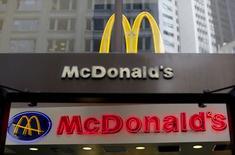 El logo de McDonald en uno de los restaurants de su cadena en San Francisco, California, 6 de mayo de 2015. Las ventas de McDonald's Corp en sus restaurantes de todo el mundo cayeron menos de lo esperado en abril, ayudadas por un mejor desempeño en Europa. REUTERS/Robert Galbraith