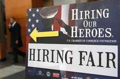 Una feria laboral destinada a veteranos del Ejército estadounidense en Washington, ene 10 2014. El crecimiento del empleo en Estados Unidos repuntó en abril y la tasa de desempleo cayó a un 5,4 por ciento, un mínimo en casi siete años, en señales de una aceleración económica que podría mantener a la Reserva Federal encaminada a elevar las tasas de interés este año.   REUTERS/Kevin Lamarque