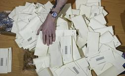Un candidat conservateur ayant remporté les élections législatives de jeudi au Royaume-Uni fait savoir qu'il souhaite remercier l'électeur anonyme ayant dessiné un pénis en guise de croix à côté de son nom sur son bulletin de vote, cette marque, faite dans les formes, ayant été considérée comme valable. /Photo prise le 7 mai 2015/REUTERS/Suzanne Plunkett