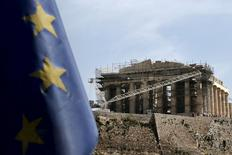 La Grèce ne prévoit plus qu'une croissance d'au moins 0,8% cette année, moins du tiers de la projection initialement retenue dans le projet de budget 2015, selon un projet de réforme publié ce week-end par le ministère des Finances et qui suscite de nouvelles interrogations sur sa dette. /Photo prise le 6 mai 2015/REUTERS/Alkis Konstantinidis