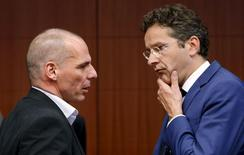 Le ministre des Finances de la Grèce Yanis Varoufakis et le président de l'Eurogroupe, le Néerlandais Jeroen Dijsselbloem, à Bruxelles. La Grèce a annoncé lundi avoir remboursé 750 millions d'euros au Fonds monétaire international (FMI), une échéance un temps jugée à haut risque, mais les ministres des Finances de la zone euro, tout en reconnaissant les progrès réalisés, ont maintenu la pression sur Athènes pour tenter d'accélérer les discussions sur les réformes. /Photo prise le 11 mai 2015/REUTERS/François Lenoir