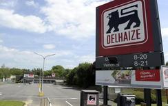 Le néerlandais Ahold et le belge Delhaize ont confirmé mardi avoir engagé des discussions sur une éventuelle fusion susceptible de créer un groupe de supermarchés avec une capitalisation boursière de 25 milliards d'euros. /Photo prise le 13 juin 2014/REUTERS/Laurent Dubrule