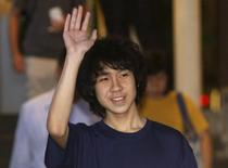 Amos Yee waves as he leaves the State Courts after his trial in Singapore May 12, 2015. REUTERS/Edgar Su