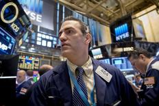 Operadores trabajando en la Bolsa de Nueva York, 8 de mayo de 2015. La mayoría de las bolsas de Asia cedía el martes y el euro se hundía en momentos en que un avance apenas perceptible en las negociaciones entre Grecia y sus acreedores reducía la confianza de los inversores. REUTERS/Brendan McDermid