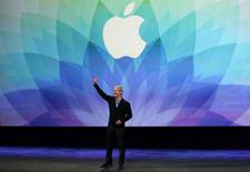Le directeur général d'Apple Tim Cook a déclaré dans une interview publiée mardi par l'agence officielle Chine nouvelle que le groupe discutait avec des banques chinoises et le géant du commerce en ligne Alibaba en vue de lancer son système de paiement sans contact sur le marché chinois. /Photo prise le 9 mars 2015/REUTERS/Robert Galbraith