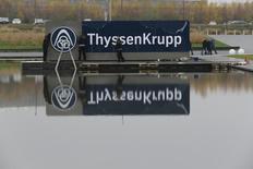 Electricistas remueven una tapa con el logo de ThyssenKrupp en la sede de la compañía en la ciudad alemana de Essen, 19 de noviembre de 2014. El grupo industrial alemán ThyssenKrupp elevó el martes sus previsiones de ganancias para todo el año gracias a una mejor ejecución y una estabilización de las condiciones económicas. REUTERS/Wolfgang Rattay