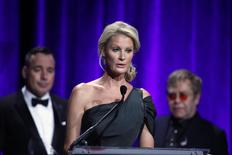 """Sandra Lee (C ) speaks after she received her award during the Elton John AIDS Foundation's 12th Annual """"An Enduring Vision"""" benefit gala at Cipriani in New York in this October 15, 2013 file photo. REUTERS/Eduardo Munoz/Files"""