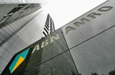 ABN Amro a publié mercredi ses meilleurs résultats trimestriels depuis quatre ans, avec un bénéfice ajusté de 543 millions d'euros pour le premier trimestre, en hausse de 52% sur un an. La banque néerlandaise, sauvée par l'argent public au plus fort de la crise financière, reconnaît qu'il lui faudra du temps pour retrouver la confiance du public après le scandale provoqué par les augmentations de salaires qu'elle a voulu accorder à ses dirigeants. /Photo d'archives/REUTERS/Koen van Weel