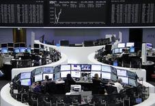 Помещение фондовой биржи во Франкфурте-на-Майне. 13 мая 2015 года. Европейские фондовые рынки растут благодаря экономической статистике и высоким квартальным показателям Vivendi и SABMiller. REUTERS/Stringer